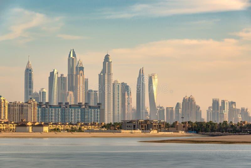 Dubai-Jachthafenskyline bei Sonnenuntergang, Vereinigte Arabische Emirate lizenzfreie stockbilder