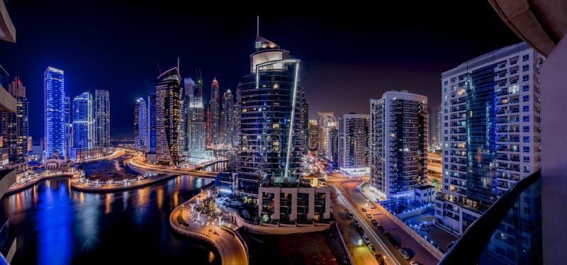Dubai-Jachthafenwolkenkratzer in der Nacht stockfotografie
