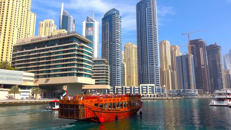 Dubai marin- skyskrapor, dubai hav, yacht, skepp, skyttel, fartyg royaltyfria foton