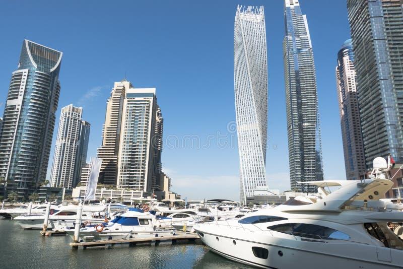 Dubai marina med lyxiga skyskrapor och yachter på vattenpir, UAE arkivbilder