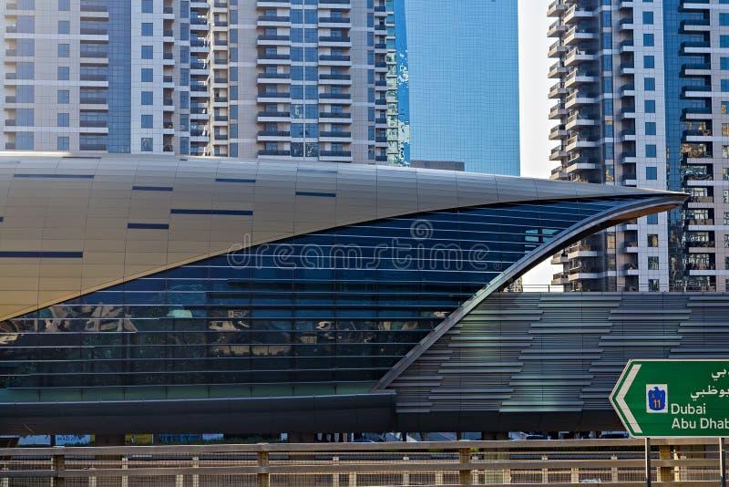 Dubai Marina Metro Station Skyscrapers en el puerto deportivo de Dubai EMIRATOS ÁRABES UNIDOS imagen de archivo libre de regalías