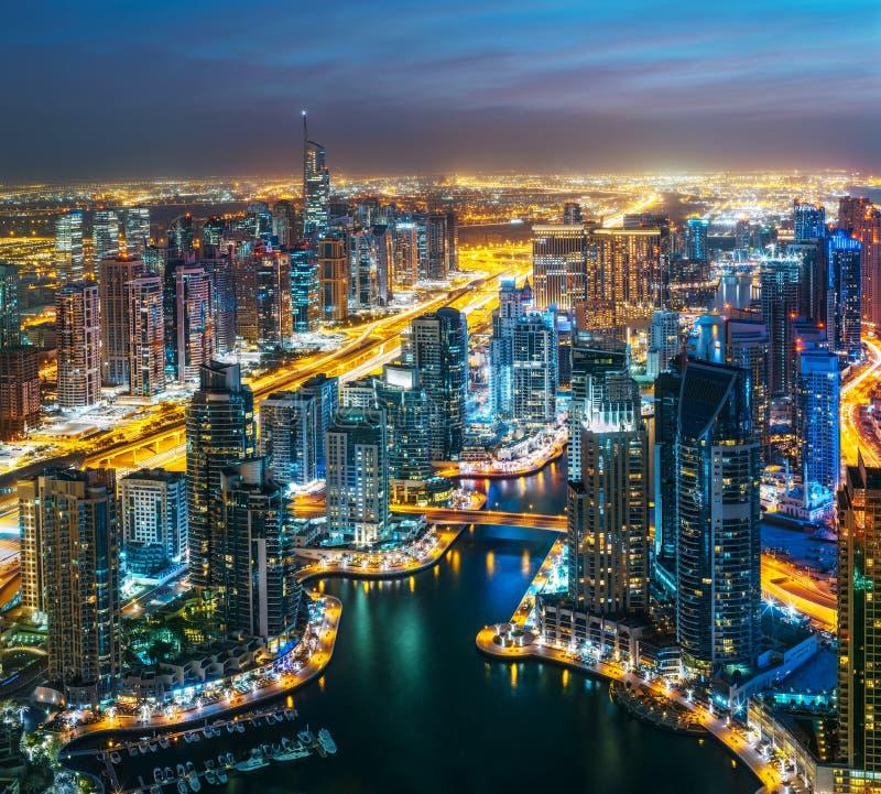 Dubai marina vid natt, Förenade Arabemiraten arkivbild