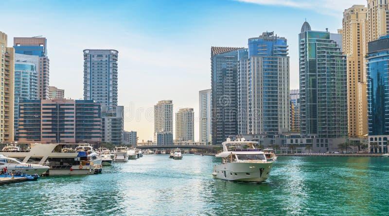 Dubai Marina wieżowce na tle i luksusowy jacht w kanale wodnym, Dubaj, Zjednoczone Emiraty Arabskie zdjęcie stock