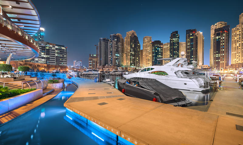 Dubai Marina Yacht Club en una noche azul mágica imagen de archivo libre de regalías
