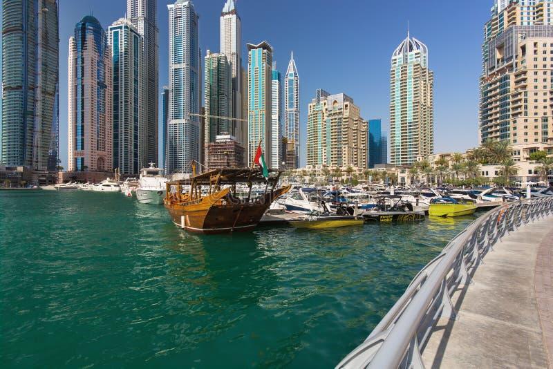 Dubai marinaskyskrapor, port med lyx seglar och marinapromenad, Dubai, Förenade Arabemiraten fotografering för bildbyråer