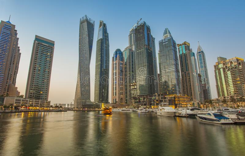 Dubai marinasolnedgång royaltyfri bild