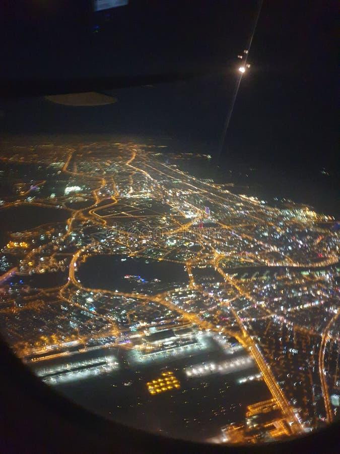 Dubai na noite do plano do avião fotografia de stock