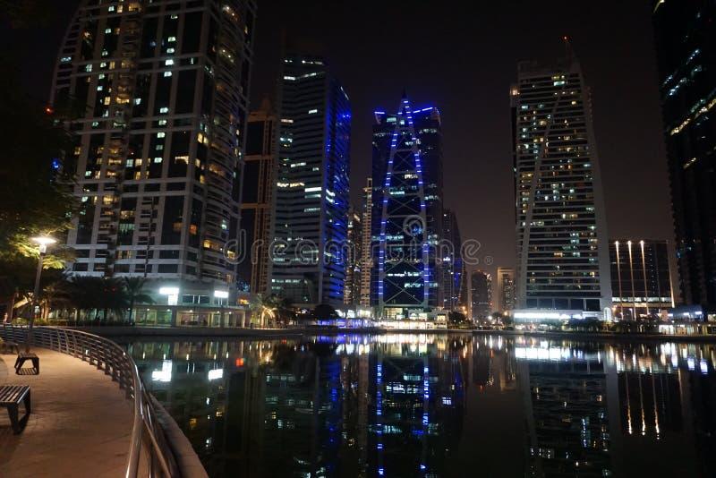 Dubai nattbyggnader royaltyfri bild