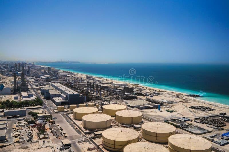 dubai No verão de 2016 Planta de dessanilização moderna nas costas do golfo árabe imagens de stock royalty free