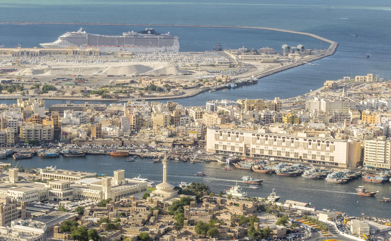DUBAI - NOVEMBER 2016: Flyg- stadssikt från helikoptern Dubai I arkivfoton