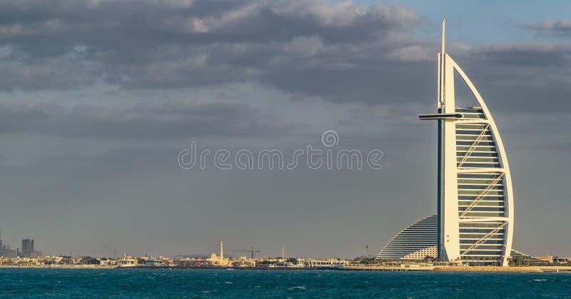 DUBAI - NOVIEMBRE DE 2016: Playa de lujo de Dubai y de Burj Al Arab T fotografía de archivo libre de regalías