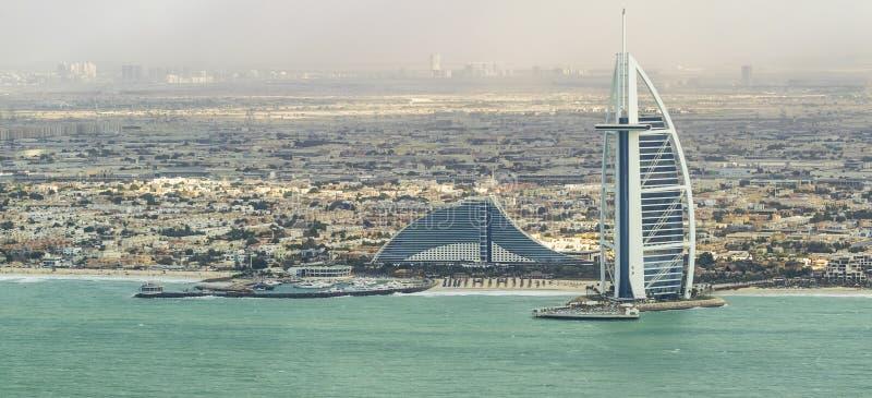 DUBAI - NOVIEMBRE DE 2016: Playa de lujo de Dubai y de Burj Al Arab T imagenes de archivo