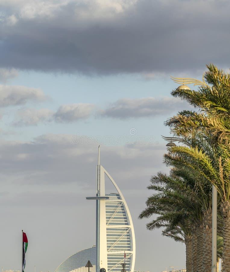DUBAI - NOVIEMBRE DE 2016: Playa de lujo de Dubai y de Burj Al Arab T foto de archivo libre de regalías