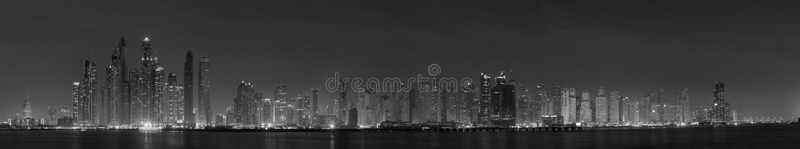 Dubai - o panorama da noite de torres do porto foto de stock royalty free