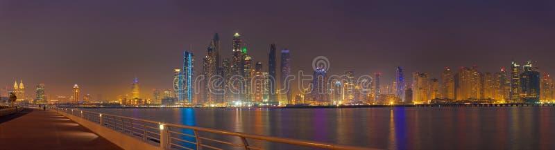 Dubai - o panorama da noite de torres do porto imagens de stock royalty free