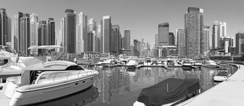 Dubai - o panorama do porto e dos iate foto de stock