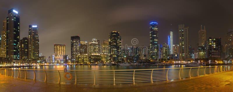 Dubai - o panorama noturno do porto fotografia de stock