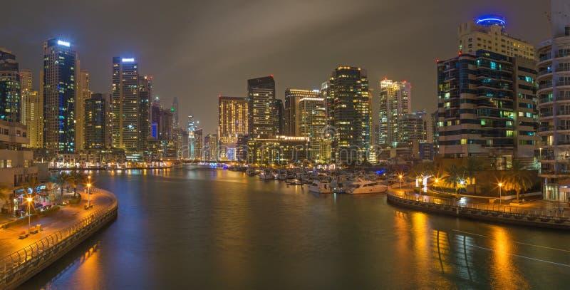 Dubai - o panorama noturno do porto fotografia de stock royalty free