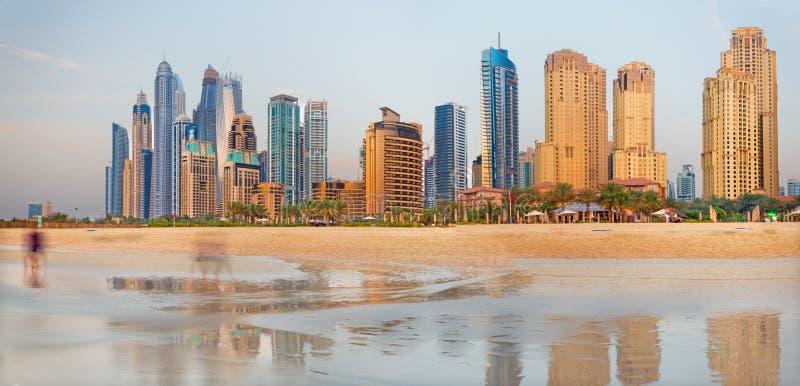 Dubai - panoraman av marina står högt från stranden arkivbilder