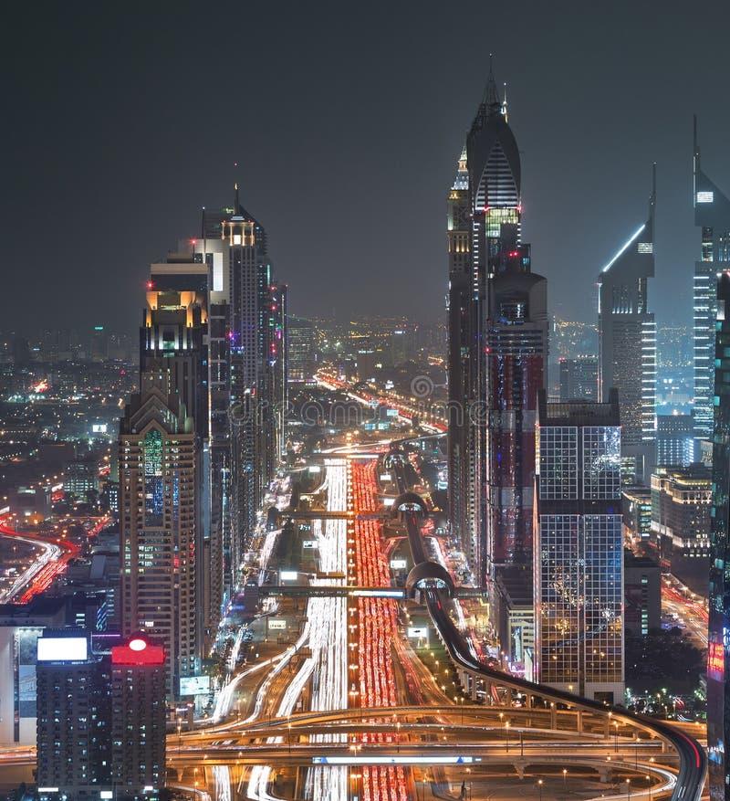 Dubai Sheikh Zayed Road Closer Look visar tätheten av dessa vägar fotografering för bildbyråer