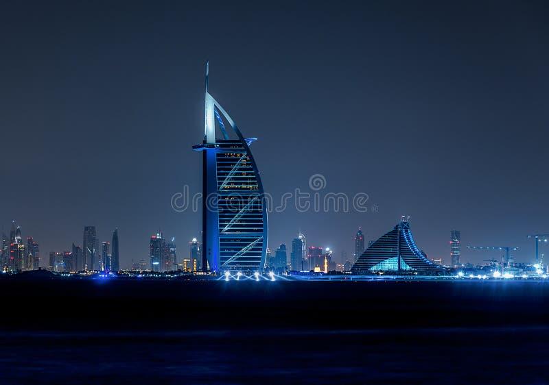Dubai-Skyline bis zum Nacht stockfotografie