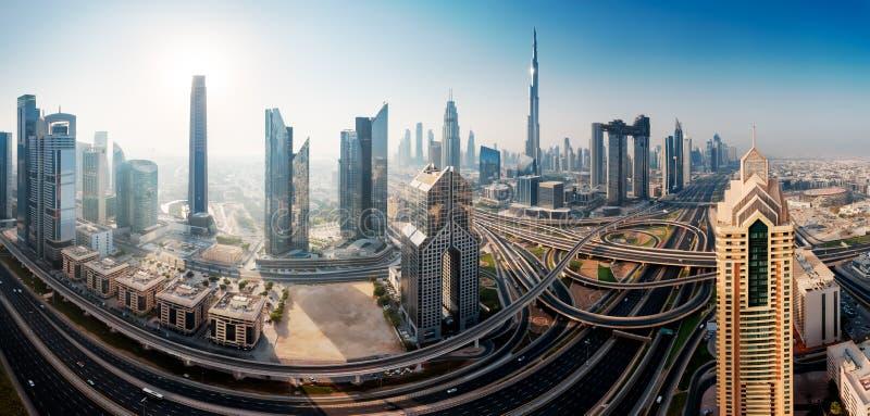 Dubai-Skyline, im Stadtzentrum gelegenes Stadtzentrum lizenzfreie stockfotos