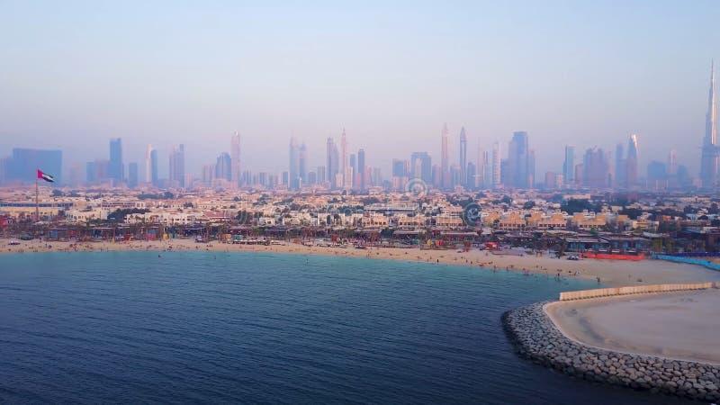 Dubai-Skylineansicht von der Küste oder vom Strand mit Stadtlandschaft und Wolkenkratzer mit Hintergrund Burj Khalifa Erstaunlich lizenzfreie stockfotografie