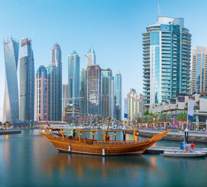 Dubai - skyskraporna av marina och fartygen fotografering för bildbyråer
