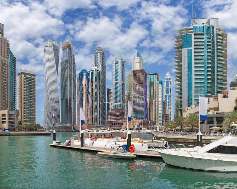 Dubai - skyskraporna av marina och yachterna royaltyfria foton