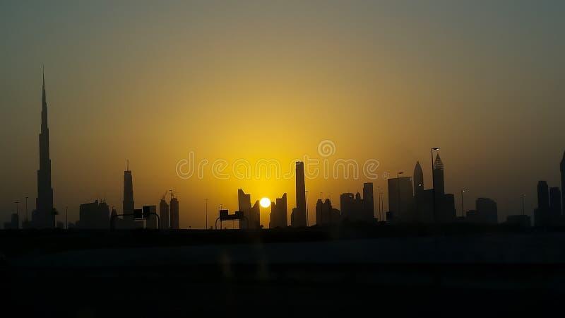 dubai solnedgång Konturhorisontsikt ursnygg solnedgång arkivbilder