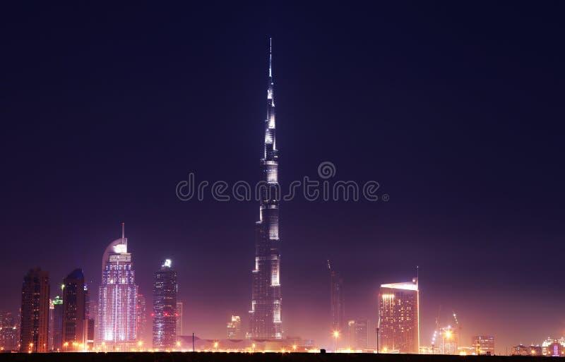 Dubai som är i stadens centrum med Burj Khalifa på natten arkivfoto