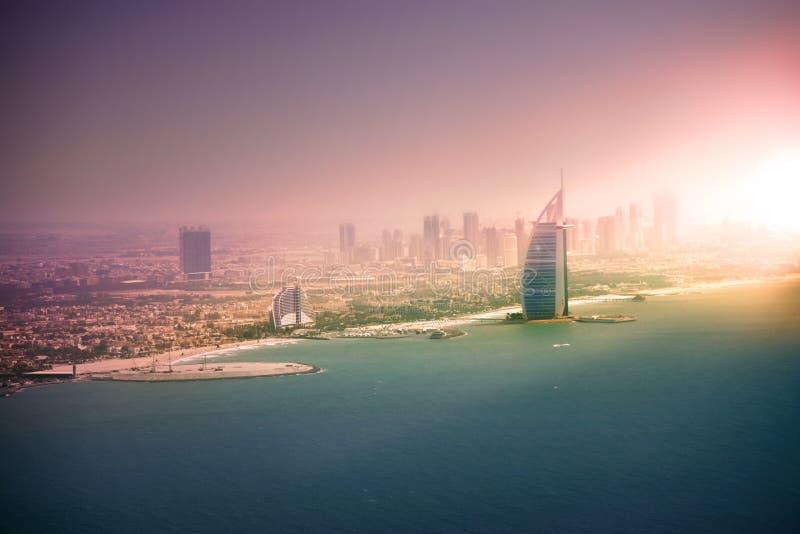Dubai som är i stadens centrum på solnedgången, Förenade Arabemiraten royaltyfri bild