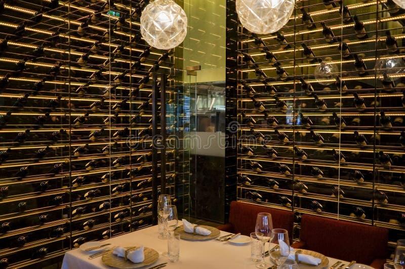 Dubai Sommar 2016 Inre av vinrestaurangen Ritz Carlton Abu Dhabi fotografering för bildbyråer
