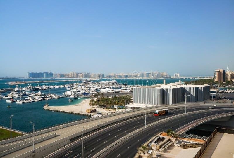 Dubai Sommar 2016 Sikt från utkanten av den Dubai marina den arabiska golfen och konstruktionen av nya moderna lättheter arkivbilder