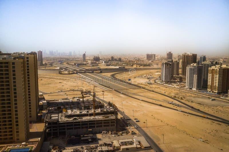 Dubai Sommar 2016 Utveckling av ökenområden, nytt hus i staden av Dubai, nära den nya hotellGhaya tusen dollar arkivfoto