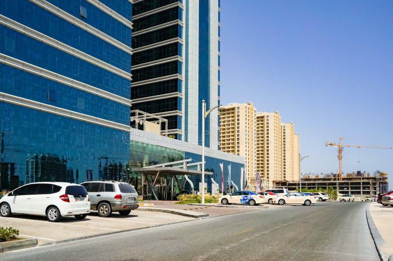 Dubai Sommar 2016 Utveckling av ökenområden, nytt hus i staden av Dubai, nära den nya hotellGhaya tusen dollar arkivbild