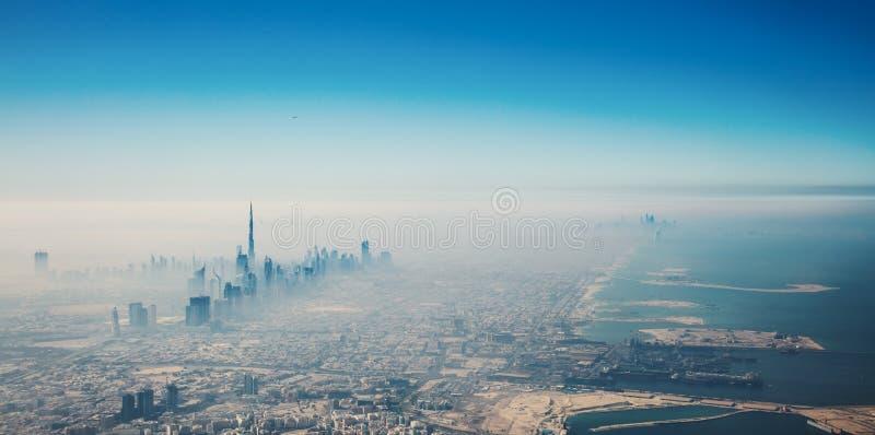 Dubai stad i flyg- sikt för soluppgång fotografering för bildbyråer