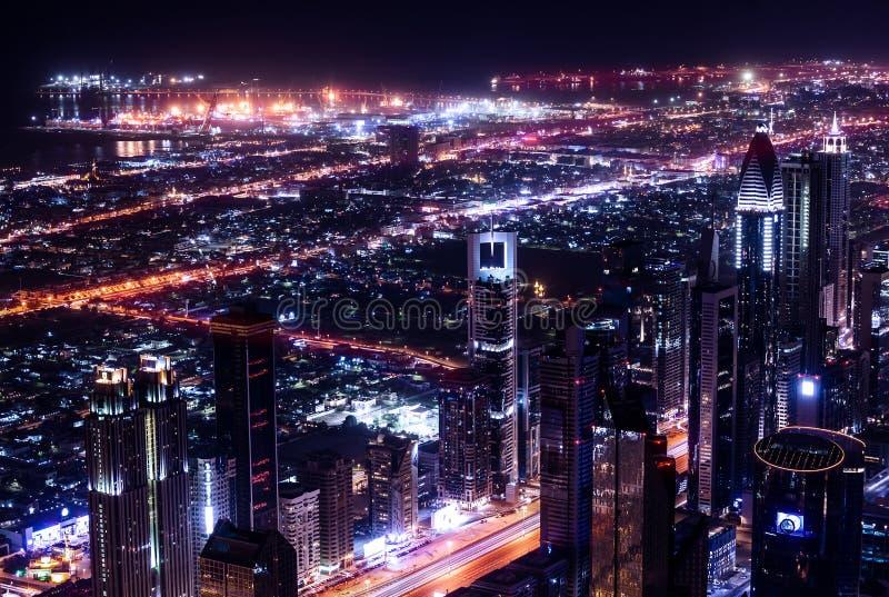 Dubai stad på natten arkivbilder