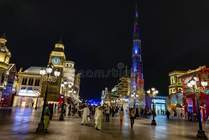 Dubai, UAE/11 06 2018: Aldeia global iluminada colorida com multidão imagens de stock