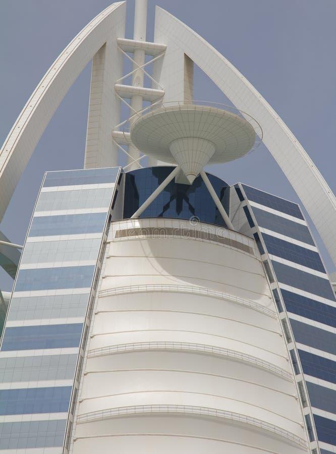 DUBAI UAE - APRIL 16, 2012: Stäng sig upp av helipaden på det Burj Al Arab hotellet Helipaden vändes in i en tennisbana tidigare royaltyfri bild