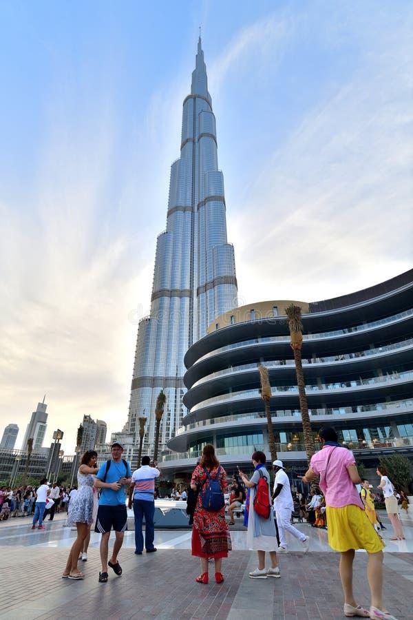 Dubai UAE - April 8 2018 Turister i fyrkantigt framme av Burj Khalifa och den Dubai gallerian royaltyfria bilder
