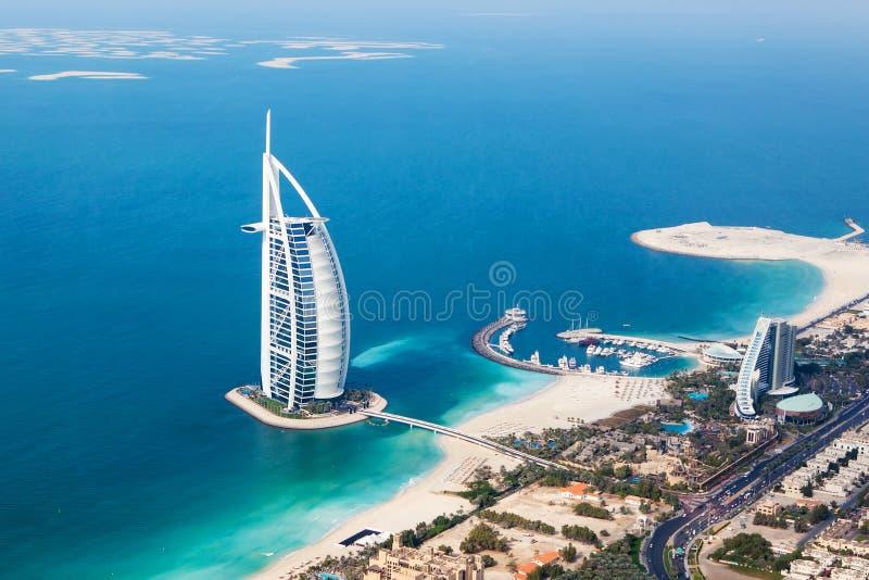 Dubai UAE Burj Al Arab från helikoptersikt royaltyfri fotografi