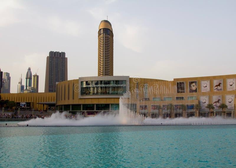 Dubai, UAE - 16 de abril de 2012: Una vista de la fuente de Dubai al lado de la alameda de Dubai fotografía de archivo libre de regalías