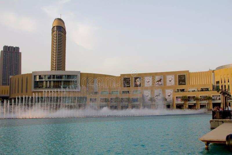 Dubai, UAE - 16 de abril de 2012: Una vista de la fuente de Dubai al lado de la alameda de Dubai imagen de archivo libre de regalías