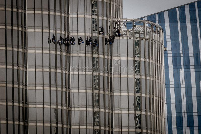 Dubai, UAE - 28 de abril de 2019: Janelas de limpeza em Burj Khalifa fotos de stock royalty free