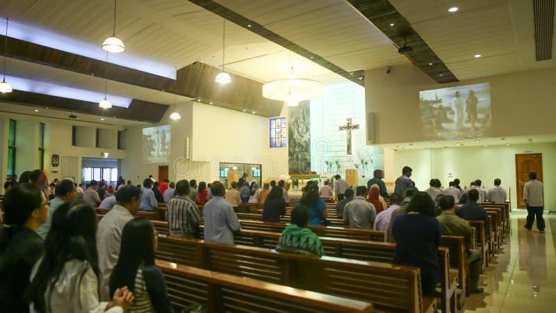DUBAI, UAE - 20 DE AGOSTO DE 2014: Igreja Católica durante o serviço com povos Cristandade em países muçulmanos imagens de stock