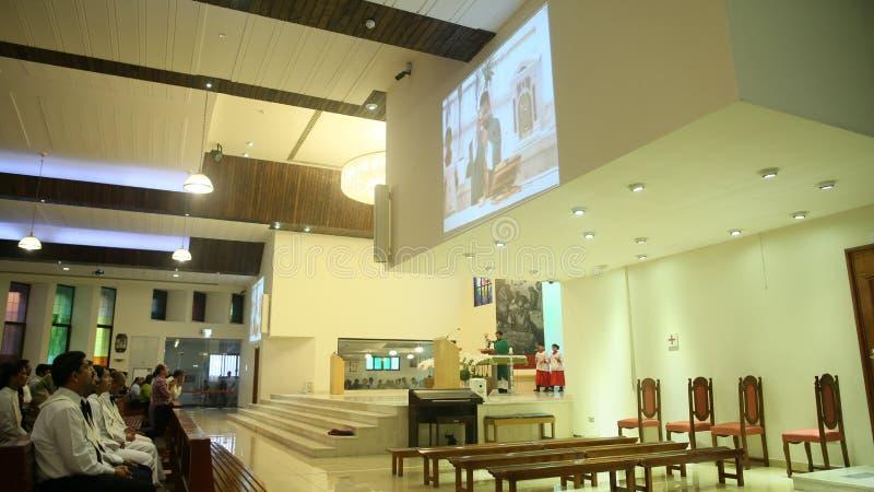 DUBAI, UAE - 20 DE AGOSTO DE 2014: Igreja Católica durante o serviço com povos Cristandade em países muçulmanos fotos de stock