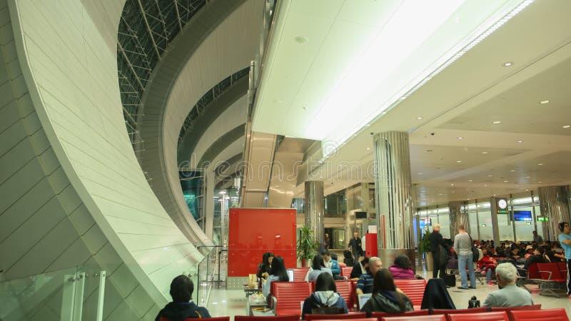 Dubai, UAE - 20 de agosto de 2014: Interior moderno dentro de Hong Kong International Airport Cidadãos e turistas do foto de stock