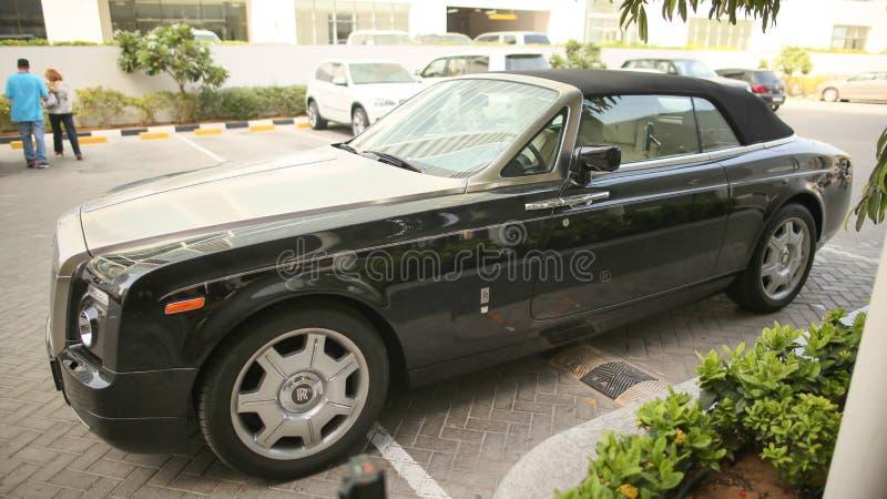DUBAI, UAE - 20 DE AGOSTO DE 2014: Rolls Royce negro en la calle de Dubai EMIRATOS ÁRABES UNIDOS fotos de archivo libres de regalías