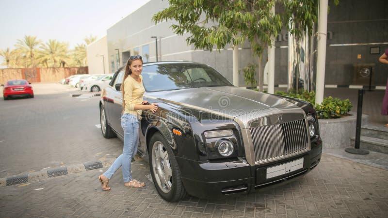 DUBAI, UAE - 20 DE AGOSTO DE 2014: Rolls Royce negro en la calle de Dubai EMIRATOS ÁRABES UNIDOS imagen de archivo